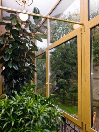 fiberglass: Nueva acristalamiento de fibra de vidrio balc�n en casa de la ciudad de Mosc� Foto de archivo