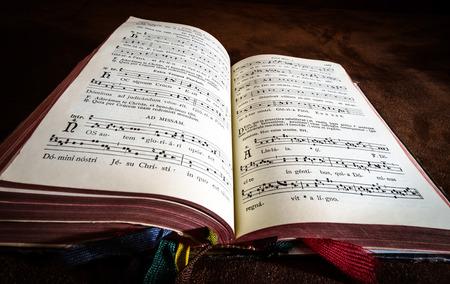 salmo: Vintage libro salmo con note coro cantano primo piano