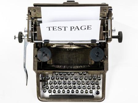 maquina de escribir: M�quina de escribir vieja de la vendimia con la hoja de papel en blanco, aislado en fondo blanco