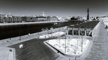 sunny day: Mosc� paisaje de la ciudad vista infrarroja, soleado d�a de primavera