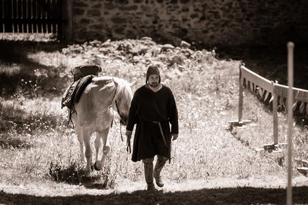 medieval: Editorial, 14st junio 2015: Chatenois, Francia: Fete des Remparts de Chatenois. Fancy-vestido de fiesta medieval y un festival en el viejo castillo. Editorial