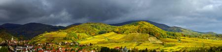 clima: Hermosa vista panor�mica de Andlau, Francia, tormenta y vivos colores de oto�o