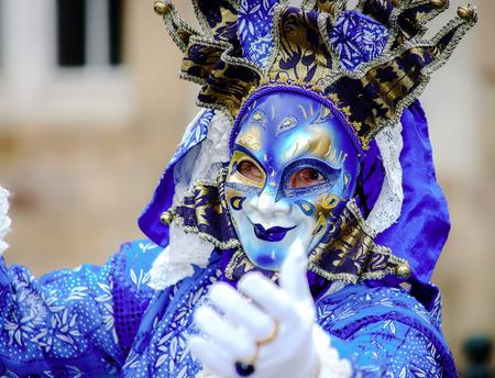 Leitartikel, 6. März 2016: Rosheim, Frankreich: Venezianische Karnevals-Maske - eine sehr schöne in offener Straße fotografierte Maske