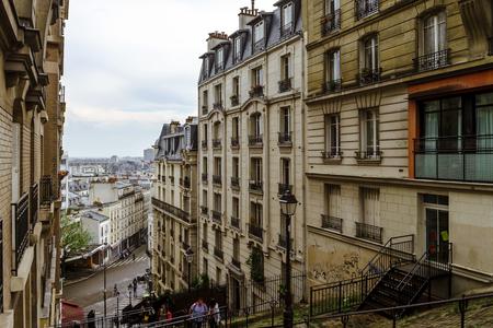 Editorial, le 13 mai 2016: Paris, France. traditionnelle Vue de la rue de Paris, France