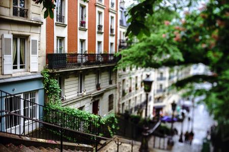 vue sur la rue Paris typique, journée d'été. France