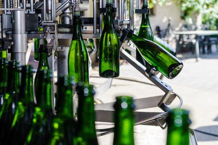 Champagne produceren en bottelen in de Elzas, Frankrijk. Kleine wijnproducerende bedrijf.