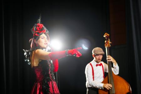 acordeon: Editoriales, 2 de septiembre de 2016: Illkirch, Estrasburgo, Francia: Concierto de la banda de música chanson Christel Kern, retratos de Musiciens Editorial