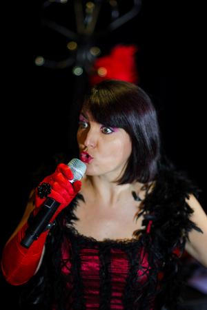 acordeon: Christel Kern canto chanson. Retrato de la actriz francés. Expresiva repetición concierto, Estrasburgo, Francia. Foto de archivo