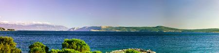 vue panoramique large de la mer Adriatique en Croatie, journée d'été