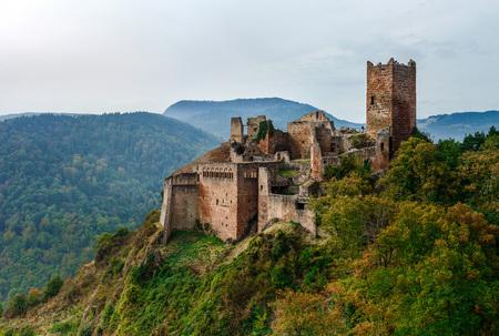 Majestätische mittelalterliche Burg Saint-Ulrich auf dem Gipfel des Hügels, Elsass, Frankreich Standard-Bild - 66994177