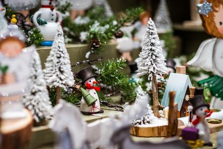 Tradicional mercado de Navidad con recuerdos hechos a mano, Estrasburgo, Alsacia, Francia Foto de archivo