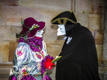 4. März 2017: Rosheim, Frankreich: Venezianische Karnevalsmaske - die schönsten Masken fotografiert in der offenen Straße Editorial
