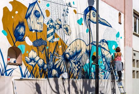 社説: 2017 年 3 月 25 日: ストラスブール、フランス。壁に若い女性の絵渡り 写真素材 - 75129999