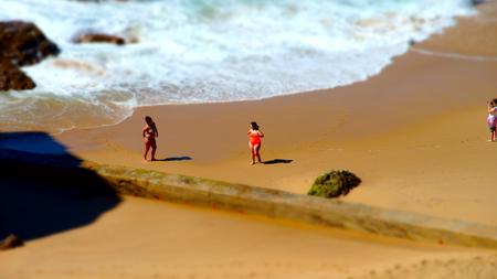 鮮やかな黄色の砂と岩、ポルトガルの海岸線空撮