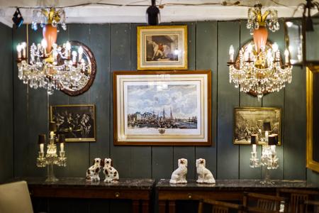 Decoratief binnenlands beeldhouwwerk in antiek winkel, Brussel, België Stockfoto - 83117476