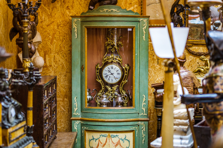 Oude retro mantel cloch in antiekwinkel, Bruxelles Stockfoto - 83077975