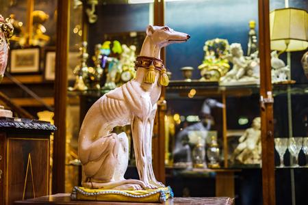 Decoratief binnenlands beeldhouwwerk in antiek winkel, Brussel, België Redactioneel