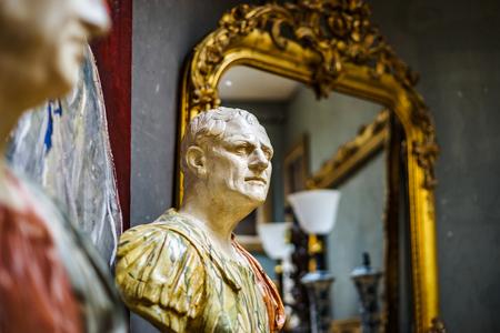 Decoratief binnenlands beeldhouwwerk in antiek winkel, Brussel, België Stockfoto - 83081135