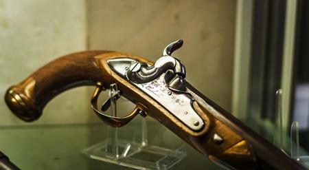 Retro pistool in antiekwinkel, België.