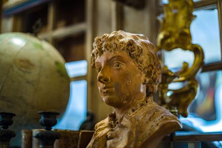 Decoratieve interieur sculptuur in antiekwinkel,