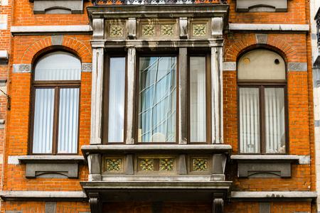 fibra de vidrio: Antiguas pero renovadas ventanas en la parte histórica de Bruselas, Bélgica
