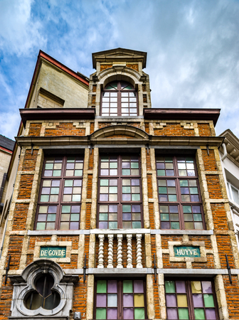 fibra de vidrio: Old but renovated windows in historical part of Bruxelles, Belgium