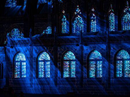 Lasershow an den Wänden der Kathedrale Notre Dame de Strasbourg, Frankreich