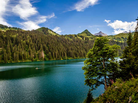 Lost in the mountains of Switzerland, Lake Arnesee with crystal clear waters of turquoise and azure colors. Nature lovers. 版權商用圖片
