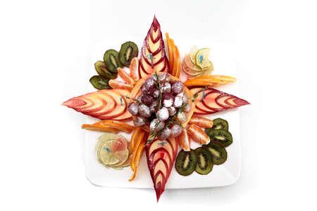 Macedonia di frutta su un piatto bianco Archivio Fotografico