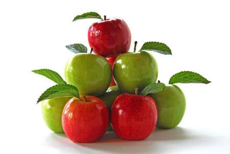 piramide alimenticia: Pir�mide de manzanas verdes y rojas sobre fondo blanco Foto de archivo