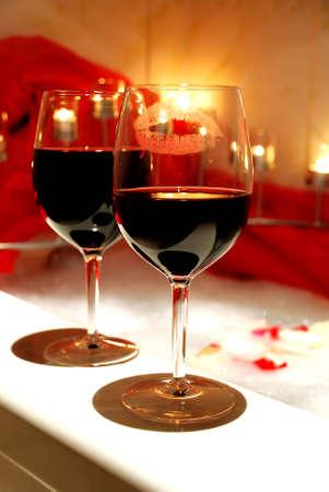 wijnglazen ruim ligbad, omringd met kaarsen