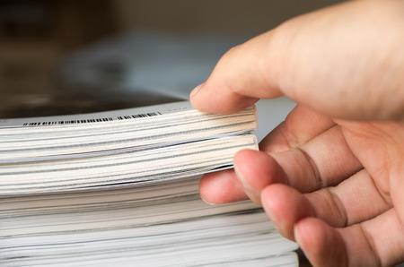 雑誌のスタックから本を撮影