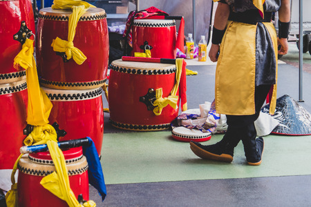 Performer preparing for showing Okinawas treditional drum show at Okinawa, Japan, April 2018 Zdjęcie Seryjne
