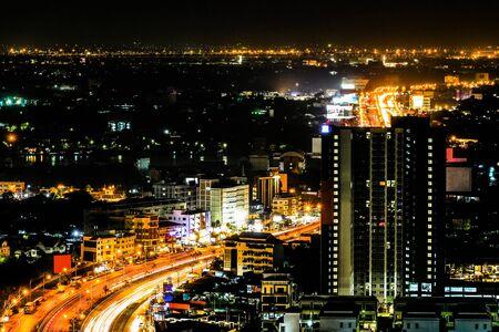 Vista dall'alto e ampio angolo del paesaggio urbano con sentiero luminoso dell'auto, scena notturna