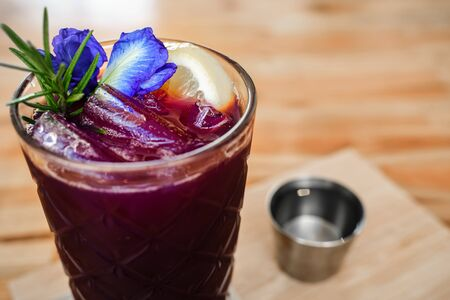 Close up Butterfly pea and lime juice in glass Reklamní fotografie