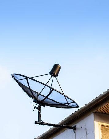 antena parabolica: antena parab�lica en el techo con fondo de cielo azul