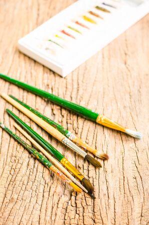 pallette: artiste pinceau sur table en bois fond