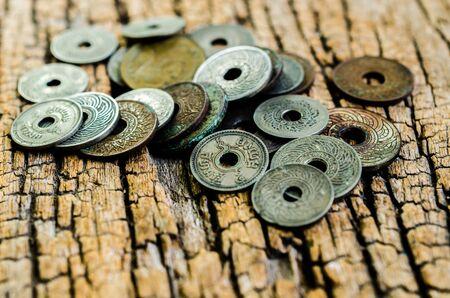 monete antiche: monete antiche su fondo in legno Archivio Fotografico