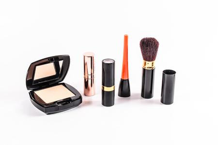 maquillaje de ojos: conjunto de cosméticos de maquillaje aislado sobre fondo blanco, caso en polvo