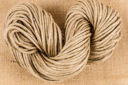 fixed line: rollo de cuerda en tela de saco, arpillera