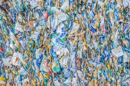 プラスチック リサイクルのためパックを押しながら 写真素材