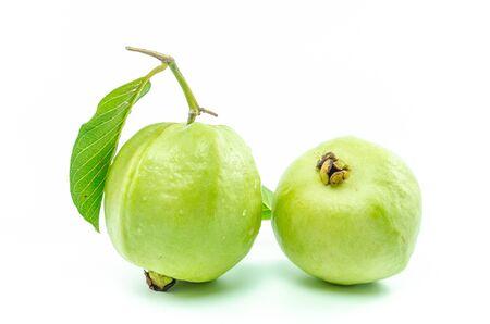 guayaba: Fruta de guayaba fresca aislada en el fondo blanco Foto de archivo