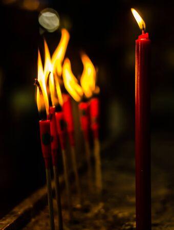 luz de velas: quemadura velas de color rojo para las oraciones