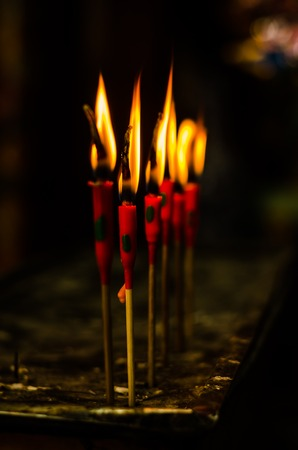luz de velas: quemadura velas de color rojo para la oración