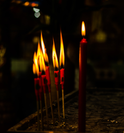 luz de vela: quemadura velas de color rojo para orar