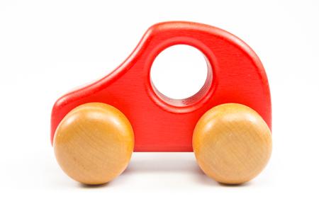 coche de madera del juguete aislado en el fondo blanco