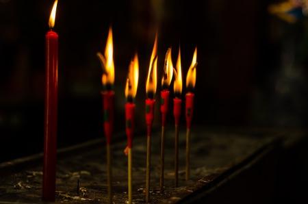 luz de velas: quemadura velas de color rojo para orar