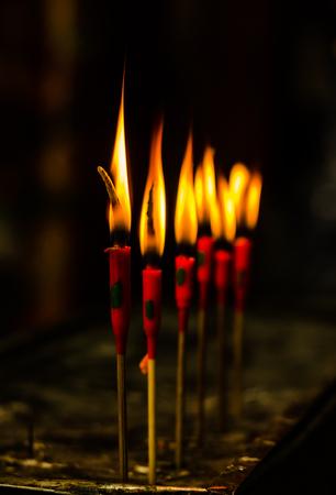 luz de velas: red candlelight burn for pray