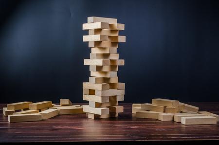 Juego de pila de torre de bloque de madera sobre fondo de tablero de madera Foto de archivo - 75353712