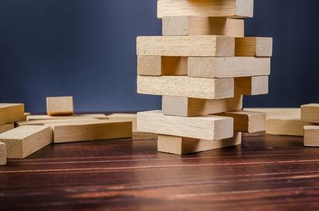 Jogo de pilha de torre de bloco de madeira no fundo da placa de madeira Foto de archivo - 81625395
